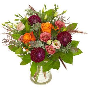 Höstbukett med bl a rosor, dahlia i violett, orange o. rosa tillsammans med gröna blad. En höstbukett från Euroflorist.