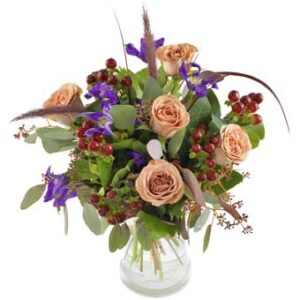 Bukett med blommor i lugna, harmoniska färger. Ur Euroflorists höstsortiment.