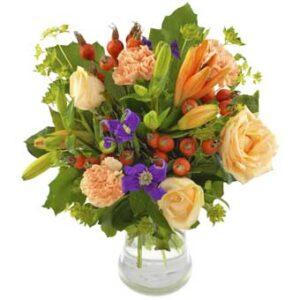 HÖstbukett med blandade blommor i mjuka, varma färger. Ur Euroflorists höstutbud.