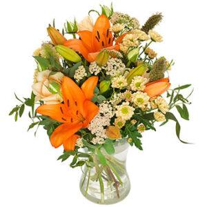 Höstbukett med orange liljor och småblommigt vitt. Ur Euroflorists sortiment.