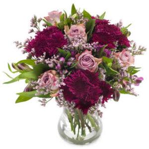 Bukett med blandade blommor i lila o. violett. Superfin! Finns att beställa online hos Euroflorist.