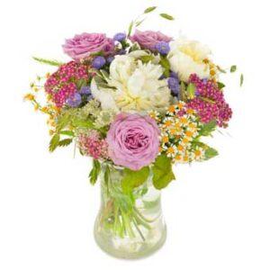 Sommarbukett med blandade blommor i ljusa, milda, blandade färger. Ur Euroflorists utbud av Mors Dags-buketter.