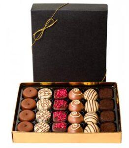Ask med 16 st läckra belgiska praliner. Skicka dem via Florister i Sverige och gör någon riktigt glad!