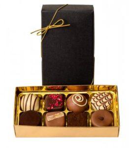 Belgiska praliner - ask med struktur, 8 praliner. Skicka chokladen via Florister i Sverige och gör någon glad!tur