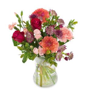 Höstbukett med blandade blommor i rött, rosa och rost +gröna blad. Beställ blommorna online hos Euroflorist!