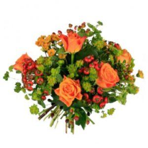 Höstbukett med blandade blommor i orange/rött tillsammans med grönt. Beställ blommorna online hos Florister i Sverige!