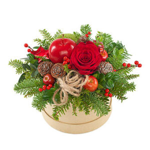 Julgrupp i rund liten ask, med röda blommor, röda bär, kottar, grönt och julpynt. Skicka julgruppen med ett blombud från Euroflorist och önska God Jul!