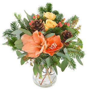 Adventsbukett med blommor i orange o. gult, kottar och gröna blad. Superfin! Beställ julbuketten online i Euroflorists e-butik.