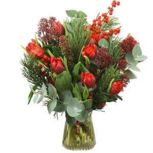 Julbukett med röda tupaner och grönt. Grymt fin! Skicka blommorna med ett bud från Florister i Sverige - beställ enkelt online!