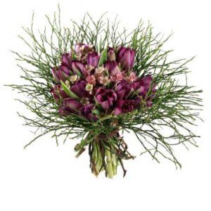 Bukett med lila tupaner, småblommigt rosa och lingongris.. Skicka blommor med bud via Florister i Sverige!