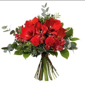 Bukett med amaryllis, nejlikor, alstroemeria och blandat grönt. Färg på blommorna: röd. Skicka buketten med ett blomsterbud från Interflora!