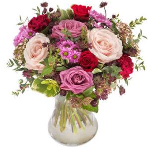 Floristens Kärleksmix, Euroflorist. En romantisk bukett med blandade blommor i rosa och.