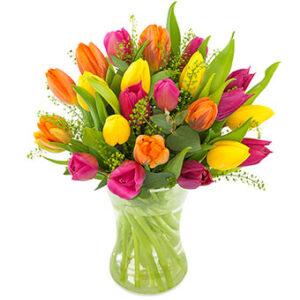 Tulpanbukett med tulpaner i blandade, glada färger. Ur Euroflorists Alla Hjärtans Dag-sortiment.