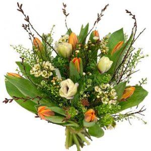 Orange tulpaner, vita snittblommor och gröna blad i en härlig bukett. Skicka tulpanbuketten med ett blomsterbud från Florister i Sverige - beställ enkelt online