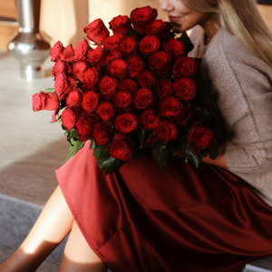Bukett med 50 röda rosor. En lyxvariant med exklusiva blommor - skicka dem med ett blombud från Interflora!