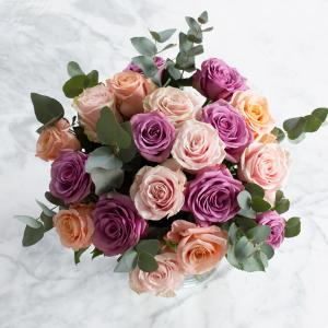 Blombukett med pastellfärgade rosor (blandade färger). En produkt ur Interfloras sortiment.