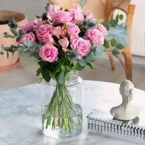 Bukett med rosa rosor, alstroemeria, tistlar och gröna blad. Skicka blommorna med ett blombud - beställ enkelt online hos Interflora.