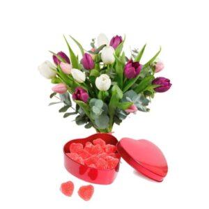 Bukett med tulpaner och en ask med röda geléhjärtan. Skicka allt med ett blombud från Interflora!