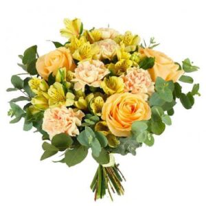 Blombukett med blandade blommor i aprikost och gult. Beställ blommorna online hos Florister i Sverige.