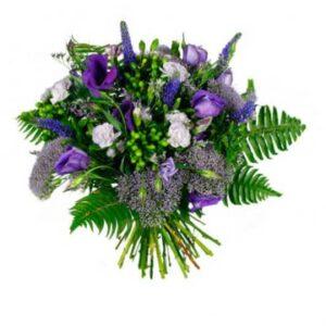 Bukett med blandade blommor i lila nyanser. Beställ ditt blomsterbud hos Florister i Sverige.