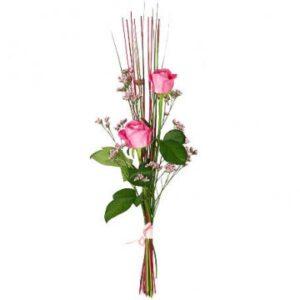 Nivåbukett med två rosor i nivå. Finns att beställa som blombud hos Florister i Sverige.