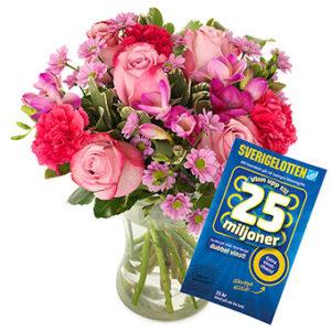 Morsdagsbukett med blandade blommor i rött och rosa. Plus en Sverigelott. Skicka med bud via Euroflorist!